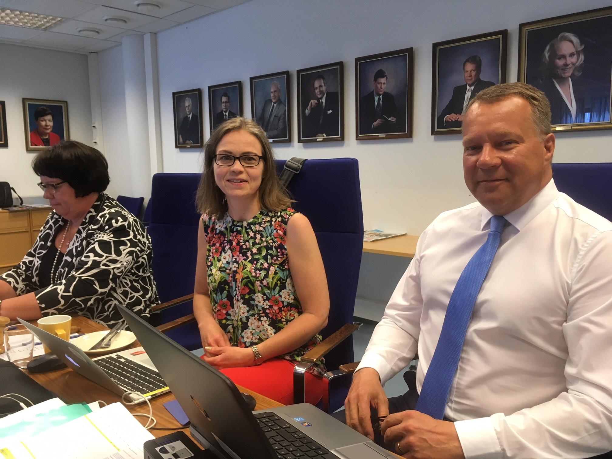 TIla- ja asuntojaoston kevään viimeinen kokous saatu päätökseen. Kuvassa kanssani sihteeri Riitta-Liisa Kammonen ja kaupunginjohtaja Jukka Mäkelä.